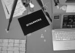 Arbeitsplatz mit Webcam, Rechner und Magnetbuchstaben